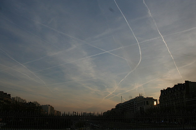 Aeroplane contrails in Paris